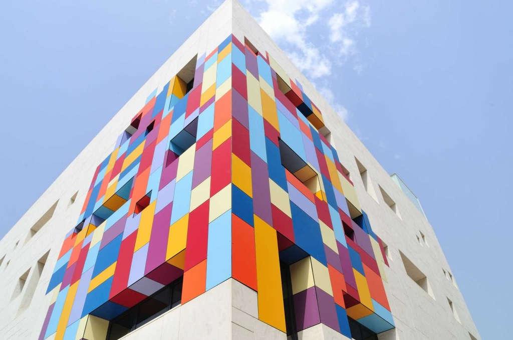 rivestimento colorato facciata edificio