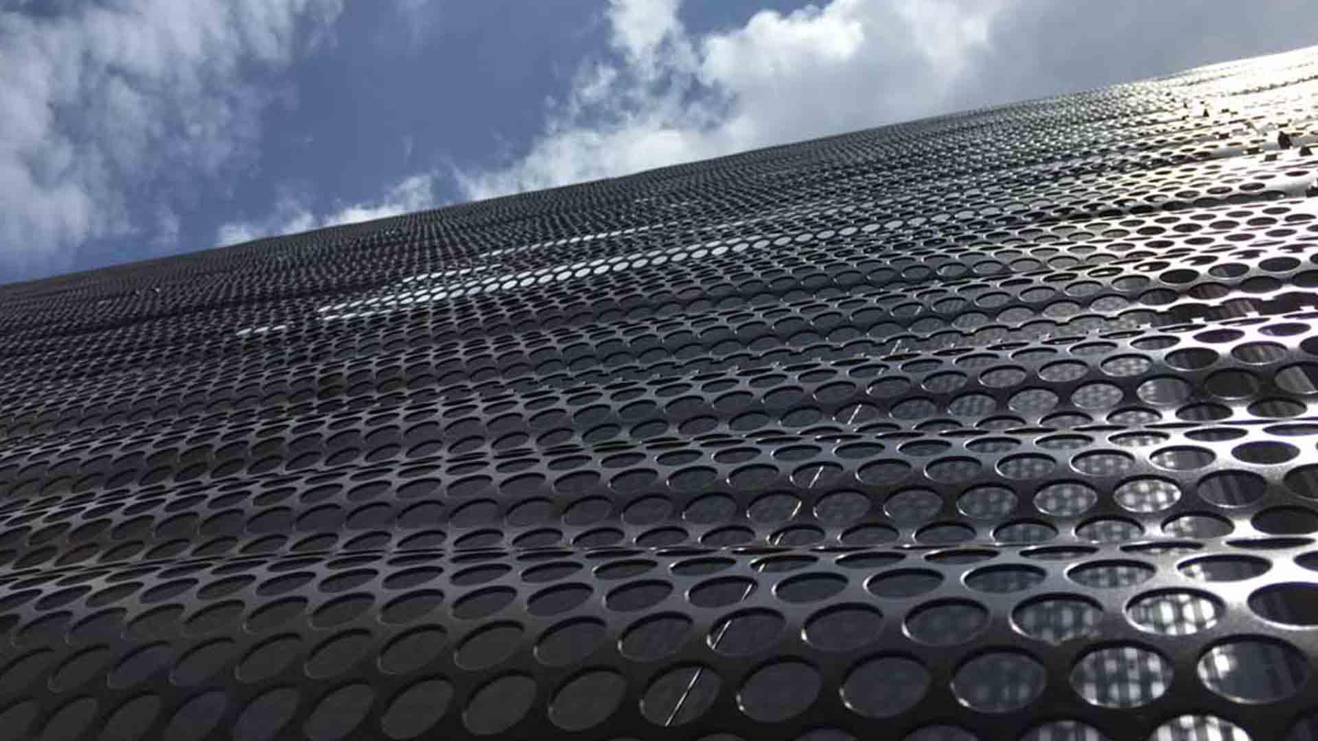 rivestimenti architettonici di facciata in metallo forato
